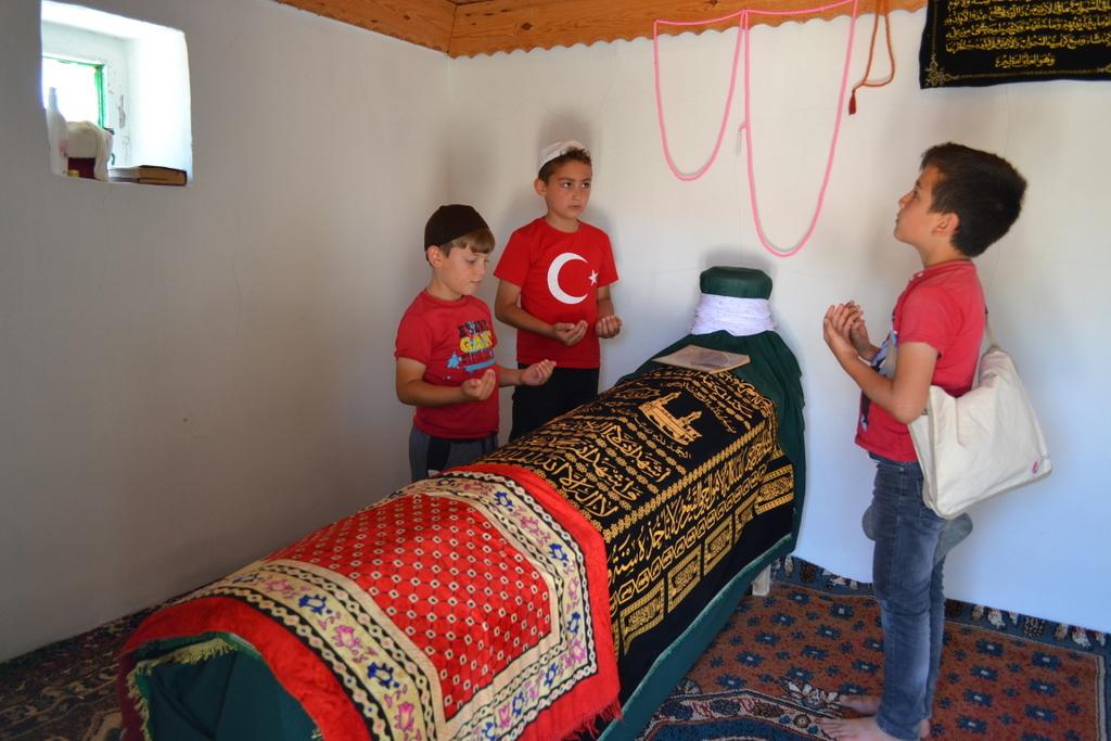 yaz kur'an kursu öğrencileri sulusaray şehitlik ve asri mezarlığını ziyaret etti
